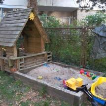 Spielhaus und Sandkasten im Garten